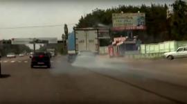 BMW cắm đầu vào đuôi xe tải sau cú phanh cháy đường