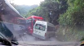 Video: Xe khách lấn làn đâm xe 16 chỗ ở đèo lên Sapa