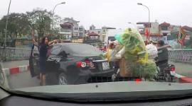 """Video: Nữ tài xế quay đầu xe trên cầu, mắng xe máy """"chắn đường"""""""