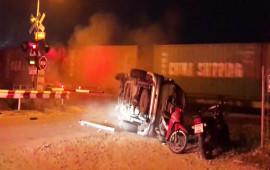 Video: Ô tô bị mắc kẹt trên đường ray và cái kết đắt giá