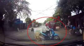 Video: Xe ô tô khiếp vía vì bị xe máy tạt đầu