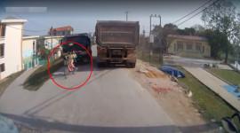 Video: 2 bé gái bị xe tải 'kẹp' giữa