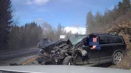 Volvo XC70 nát đầu sau va chạm với xe tải, tài xế vẫn an toàn bước xuống xe