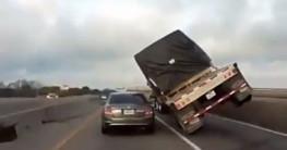 Chết khiếp cảnh xe container suýt lật nghiêng đè nát xe con
