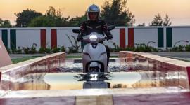 Thử ngâm nước 30 phút xe máy điện VinFast Klara