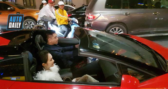 Tuấn Hưng lái Aventador Roaster mừng tuyển Việt Nam chiến thắng cùng cổ động viên