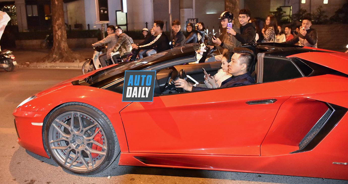 Chùm ảnh fan quây kín Lamborghini Aventador do Tuấn Hưng cầm lái