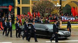 12 vệ sĩ chạy bộ theo xe ông Kim Jong Un tại ga Đồng Đăng