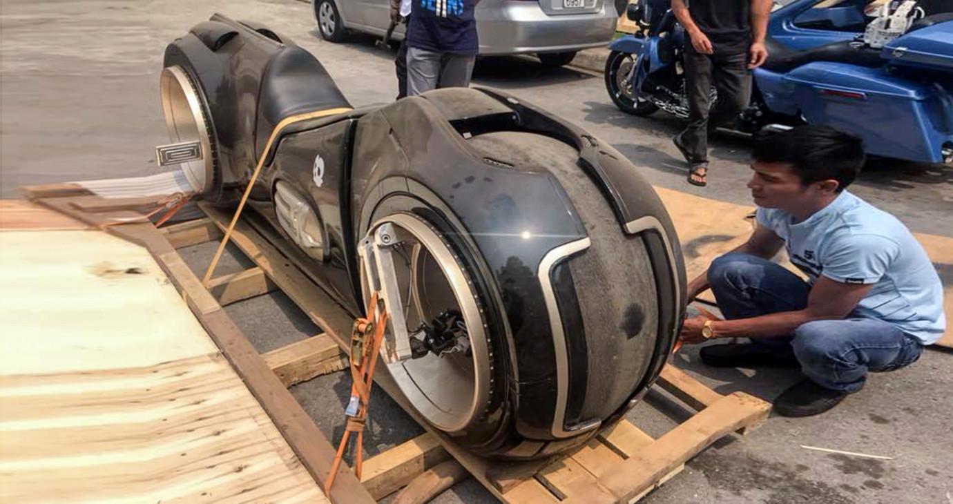 Siêu môtô Tron Legacy vừa về VN lốp rộng hơn nửa mét, cả thế giới chỉ 8 chiếc