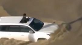Video: Lexus LX570 bơi qua đường ngập nước tới nắp ca-pô
