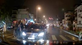 Video: Bon chen với người đi bộ, Mercedes S-Class bị khách tây dằn mặt