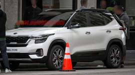 """Crossover cỡ nhỏ Kia Seltos lộ diện """"không che chắn"""" trên đường phố"""