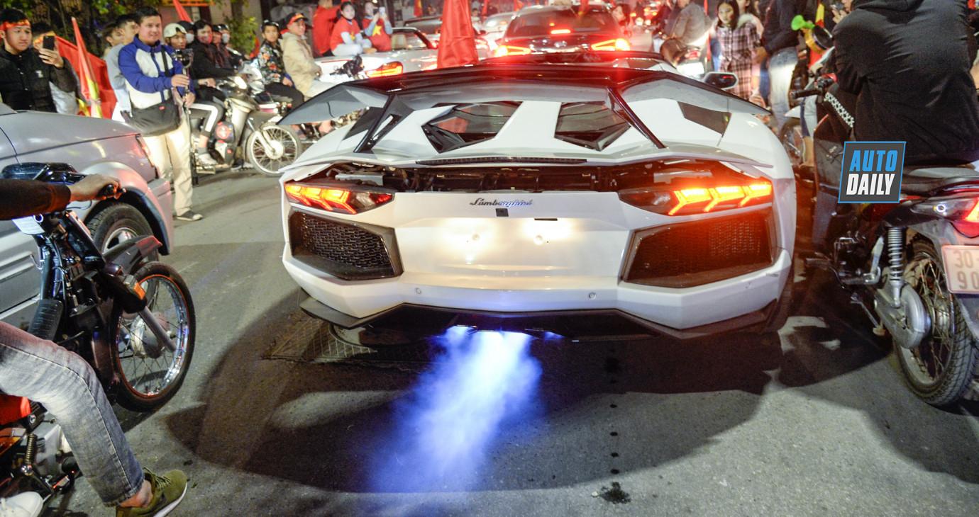 Lamborghini Aventador nẹt pô khạc lửa ăn mừng Việt Nam vô địch