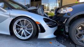 Bị xe khác đâm, BMW X5 lao thẳng vào siêu xe McLaren 720S đỗ bên ngoài đại lý