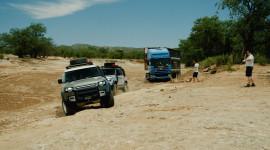 Cặp đôi Land Rover Defender 2020 giải cứu xe tải 20 tấn mắc kẹt tại sa mạc
