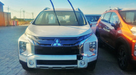 Lô xe Mitsubishi Xpander Cross về Việt Nam, sẵn sàng đối đầu Suzuki XL7