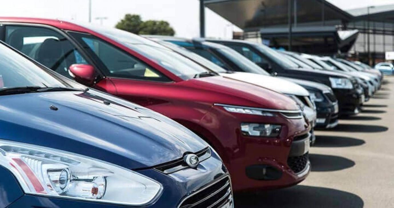 Lo ô tô cắt khuyến mại, tăng giá