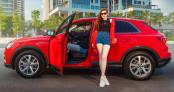 Á hậu Dương Tú Anh khoe dáng bên Audi Q3 2020