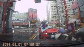 Đâm xe máy và người đi bộ, tài xế xe Mitsubishivẫnbỏ chạy