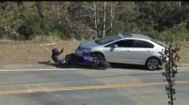 Chui gầm ô tô, biker may mắn thoát hiểm