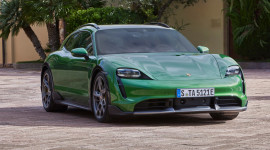Porsche Taycan Cross Turismo có giá từ hơn 5 tỷ đồng tại Việt Nam