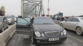 Xe Mercedes cháy trên cầu Chương Dương mang biển số giả