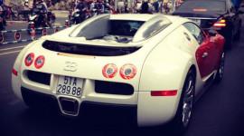 Bugatti Veyron đeo biển đẹp dạo phố Sài Gòn