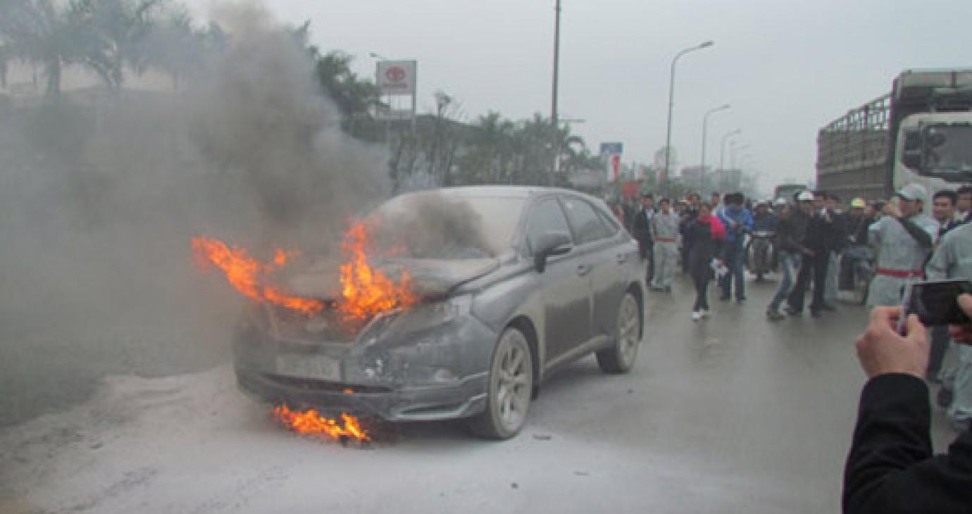 Xe Lexus cháy rụi khi đang chạy trên đường