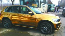 Xôn xao cậu ấm 'cưỡi' BMW X5 bọc vàng... tới trường