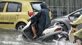 """3 rủi ro khiến xe tay ga """"chết"""" trong mưa"""