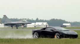 """""""Ma tốc độ"""" Aventador thách thức """"chim ưng"""" F-16"""