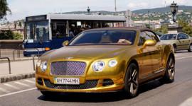 Bentley Continental GTC mạ vàng trình diễn trên phố