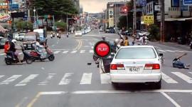 Video: Sự thờ ơ đến lạnh người trong một vụ va chạm