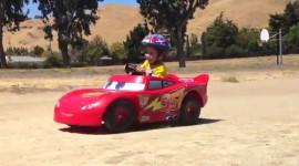 Cậu bé 5 tuổi độ xe, lái xe như tay đua
