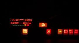 Đèn cảnh báo trên xe hơi sáng, cần làm gì?