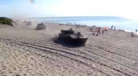 Video: Xe tăng Nga diễu hành trên bãi biển