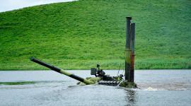 """Ảnh đẹp """"kình ngư"""" xe quân sự bơi sông"""