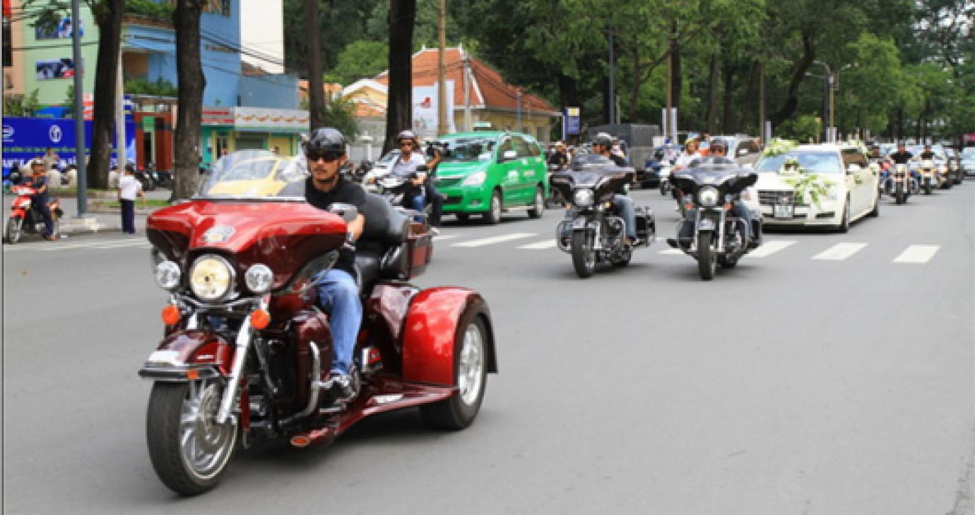 """Sài Gòn: Rước dâu bằng siêu xe và môtô """"khủng"""""""