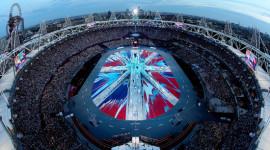 Lạ lùng, dàn xe bọc giấy báo ở lễ bế mạc Olympic