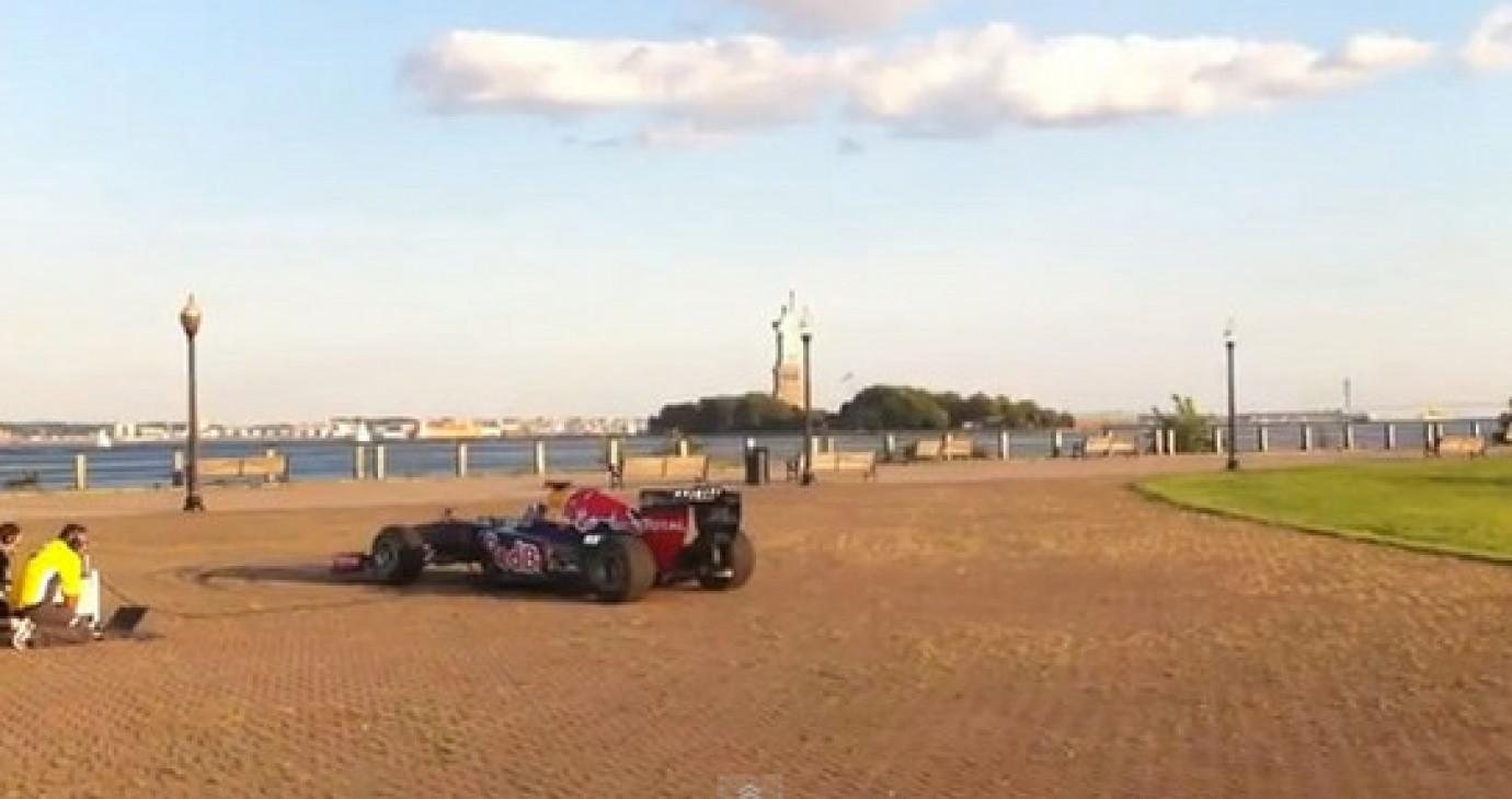 """Xe đua F1""""hát"""" quốc ca Mỹ"""