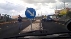 Va chạm giao thông, nói chuyện bằng gậy và… súng