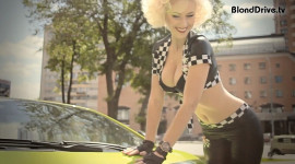 """Người đẹp """"ngực bự"""" nói về Lamborghini Gallardo"""