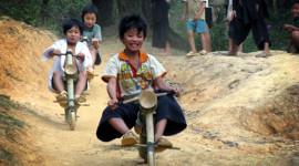 """Trẻ em dân tộc """"tổ chức"""" đua xe mạo hiểm"""