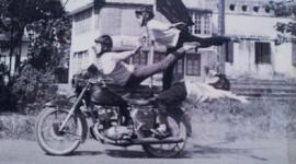 Cận cảnh 'cơn ghiền' mô tô của thiếu nữ Hà Nội xưa