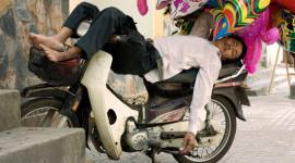 """Những kiểu ngủ trên xe máy """"made in Việt Nam"""""""