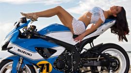 """Khoe """"ngực khủng"""" bên Suzuki GSX-R750"""