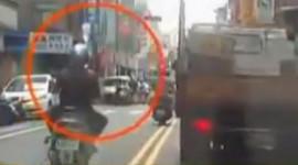 Chuyện lạ: Bệnh nhân vừa lái xe máy vừa truyền nước