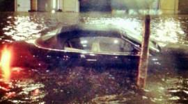 "Lũ lụt ""nuốt"" xe sang Bentley"