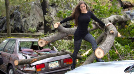 Mẫu Playboy chụp ảnh với xe nát trong siêu bão Sandy