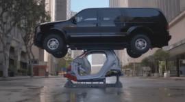"""Smart Fortwo """"cõng"""" xe SUV nặng 3,5 tấn"""